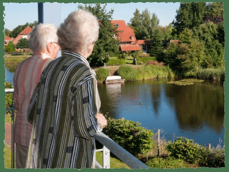 Zwei ältere Damen schauen auf einen See