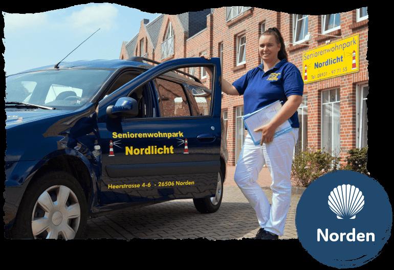 """Frau vor einem Auto mit der Aufschrift """"Senorienwohnpark Nordlicht"""". Bild für die Leistung """"Ambulante Pflege"""". Im Vordergrund das Logo des Standorts Norden."""