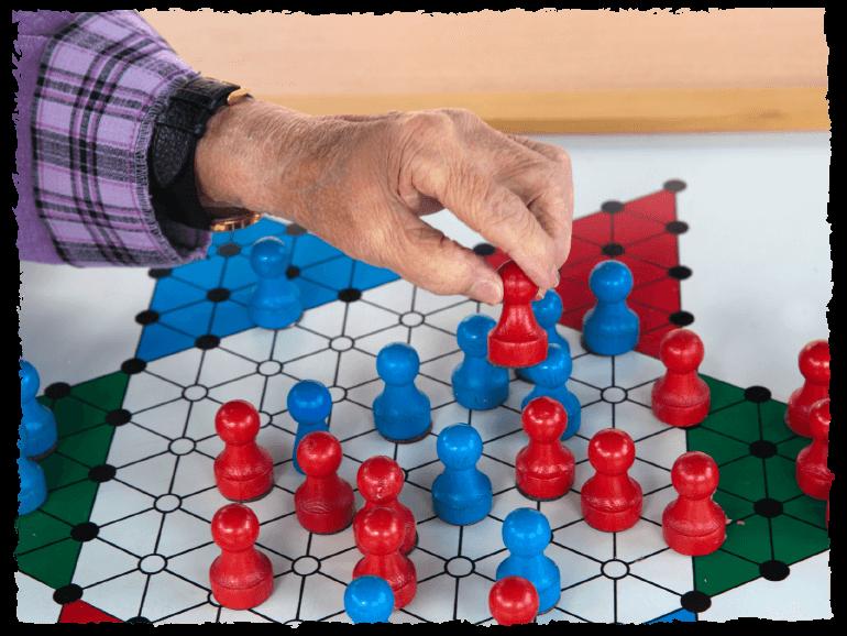Ältere Frau spielt ein Brettspiel im Seniorenpark Nordlicht